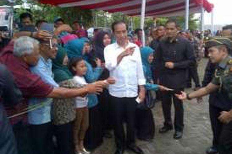 Presiden Joko Widodo saat menyapa warga dalam kunjungannya ke Kabupaten Bandung, Jawa Barat, Sabtu (17/9/2016).Foto: KOMPAS.com/ DENDI RAMDHANI