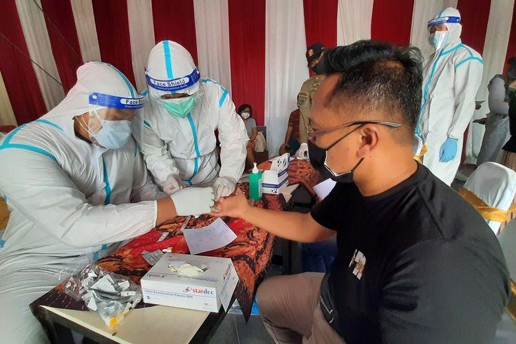 Salah satu wisatawan yang akan ke Kota Batu menjalani rapid test di Pos Pantau Pertigaan Pendem, Kota Batu, Jawa Timur, Sabtu (26/12/2020).