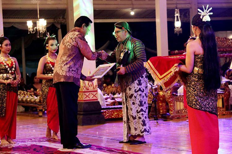 Rektor UII Fathul Wahid menerima piagam penghargaan Anugerah Kebudayaan Gubernur Daerah Istimewa Yogyakarta (DIY) Tahun 2019.