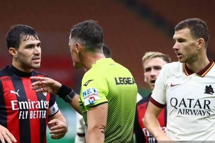 Piero Giacomelli (tengah) beradu argumen dengan Alessio Romagnoli pada laga AC Milan vs AS Roma di Stadion San Siro, Senin (26/10/2020) atau Selasa dini hari WIB.