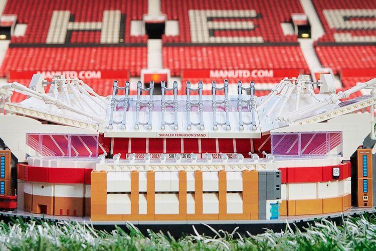 Miniatur stadion Old Traffod dari lego.
