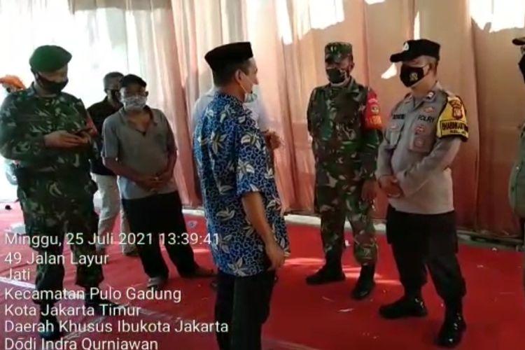 Resepsi pernikahan di Jalan Layur RT 09 RW 11, Kelurahan Jati, Pulogadung, Jakarta Timur, dibubarkan petugas gabungan, Minggu (25/7/2021).