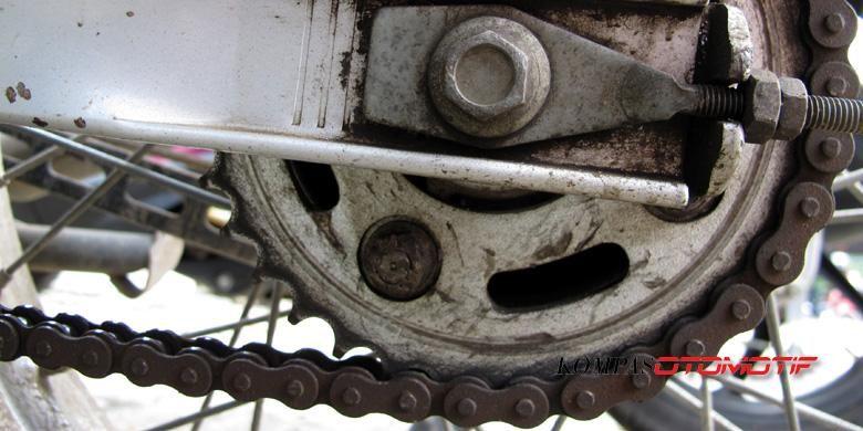 Gir dan rantai sepeda motor menjadi komponen penting yang harus menjadi perhatian.