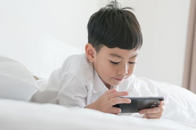 Ilustrasi anak memiliki ponsel sendiri
