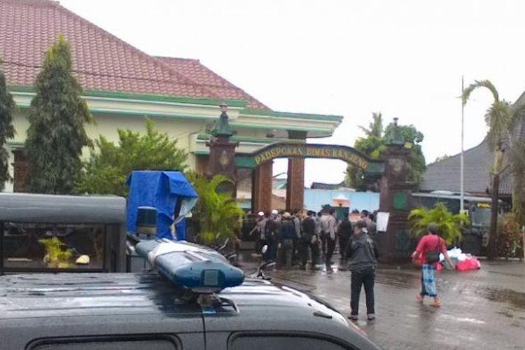 Padepokan Dimas Kanjeng Taat Pribadi di Probolinggo.