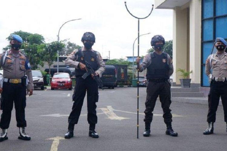 Sejumlah anggota polisi bersenjata lengkap berjaga-jaga di pintu utama kantor Polres Metro Jakarta Pusat, Kamis (1/4/2021).