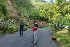 Tanah Longsor Tutup Jalan ke Tempat Wisata Goa Kiskendo di Bukit Menoreh