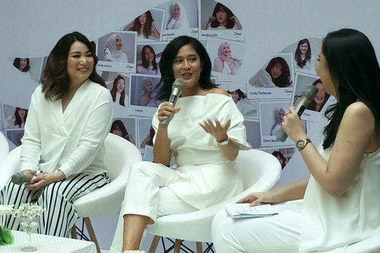 Dian Sastrowardoyo (kedua kanan) dalam sebuah acara di kawasan Menteng, Jakarta Pusat, Kamis (10/10/2019).