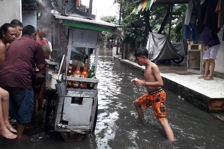 Banjir menggenang di Jalan Daan Mogot KM 11, RT 003 RW 008, Kelurahan Kedaung, Kecamatan Cengkareng, Jakarta Barat pada Kamis (15/2/2018).