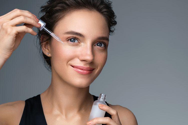 Produk retinoid membantu membuka pori-pori, yang pada akhirnya menjadi salah satu cara menghilangkan komedo di hidung.