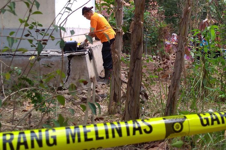 Polisi melakukan olah TKP di lokasi penemuan empat kerangka manusia di kebun warga Grumbul Karanggandul, Desa Pasinggangan, Kecamatan/Kabupaten Banyumas, Jawa Tengah, Senin (26/8/2019).