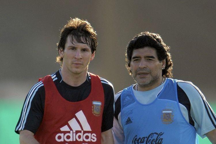 Diego Maradona (kanan) dan Lionel Messi saat bekerja sama sebagai pelatih-pemain di timnas Argentina pada tahun 2009.