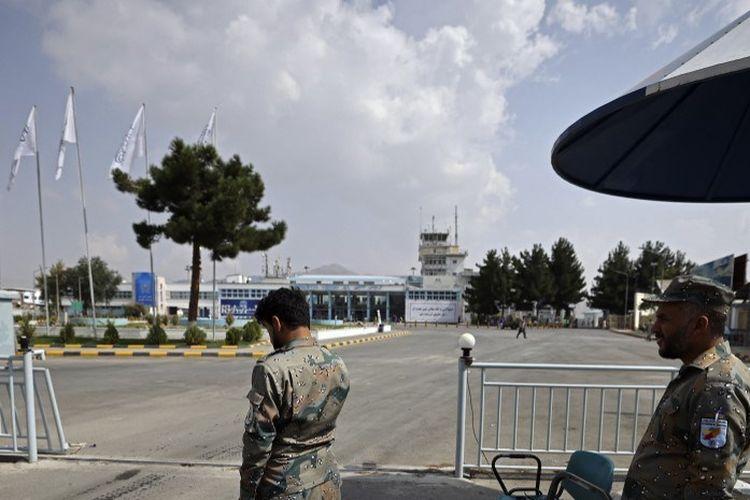 Personel Polisi Nasional Perbatasan Afghanistan berjaga di luar bandara di Kabul pada 12 September 2021.