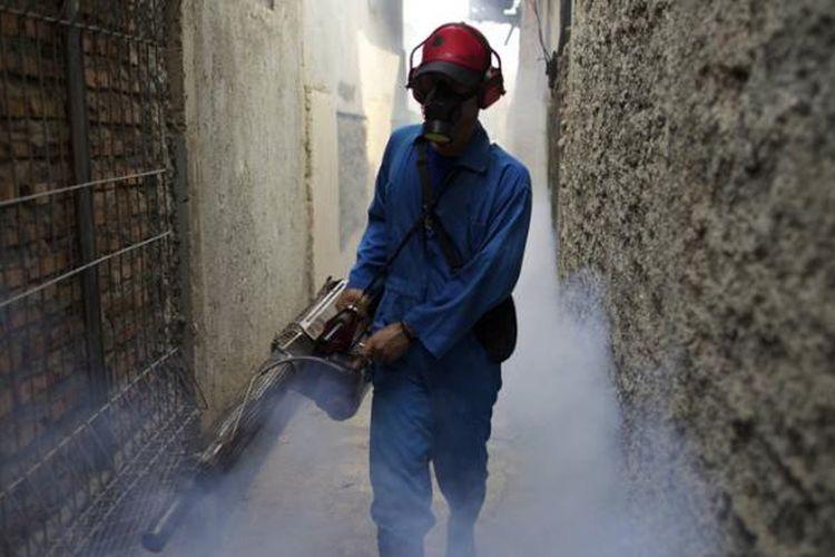 Pengasapan untuk mencegah merebaknya kasus demam berdarah dengue berlangsung di RT 001 RW 03 Kelurahan Pondok Kopi, Kecamatan Duren Sawit, Jakarta Timur, Jumat (20/4/2012).