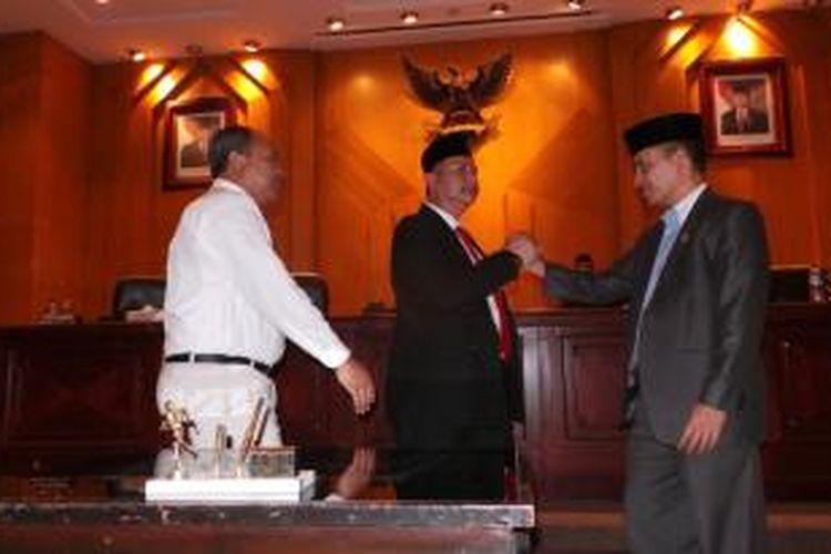 Wisnu Sakti Buana (tengah) terpilih aklamasi menjadi Wakil Walikota Surabaya hingga 2015.