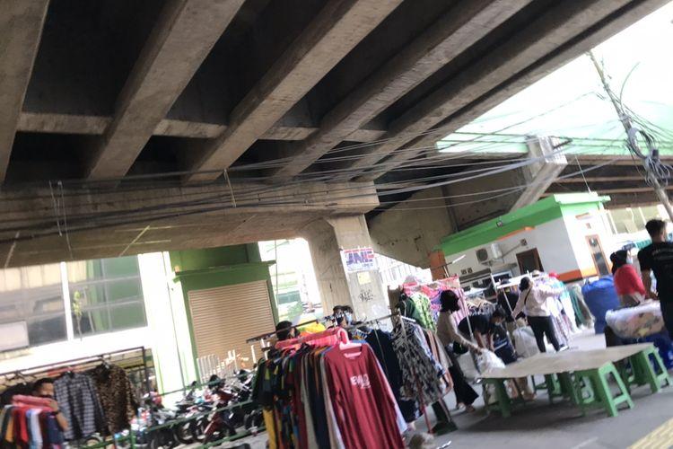 Para pedagang mulai menggelar lapak di trotoar terowongan Blok F Pasar Tanah Abang, Jakarta Pusat pada Jumat (7/5/2021) sore.