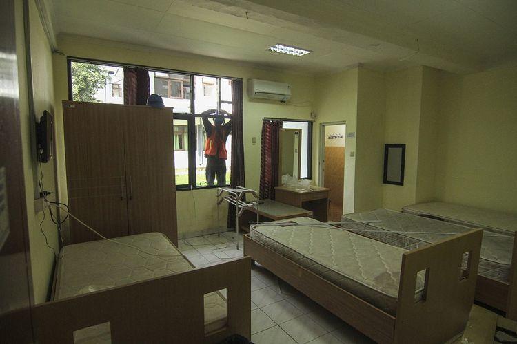 Pekerja menyelesaikan persiapan RS Darurat COVID-19 di Kompleks Asrama Haji, Pondok Gede, Jakarta, Rabu (7/7/2021). Presiden Joko Widodo mengalihfungsikan Asrama Haji Pondok Gede menjadi Rumah Sakit Darurat COVID-19 yang dapat menampung 900 pasien di ruang isolasi, 50 pasien di ruang ICU dan 40 pasien di ruang HCU yang rencananya mulai Kamis, 8 Juli 2021 sudah dapat dioperasikan. ANTARA FOTO/Asprilla Dwi Adha/wsj.