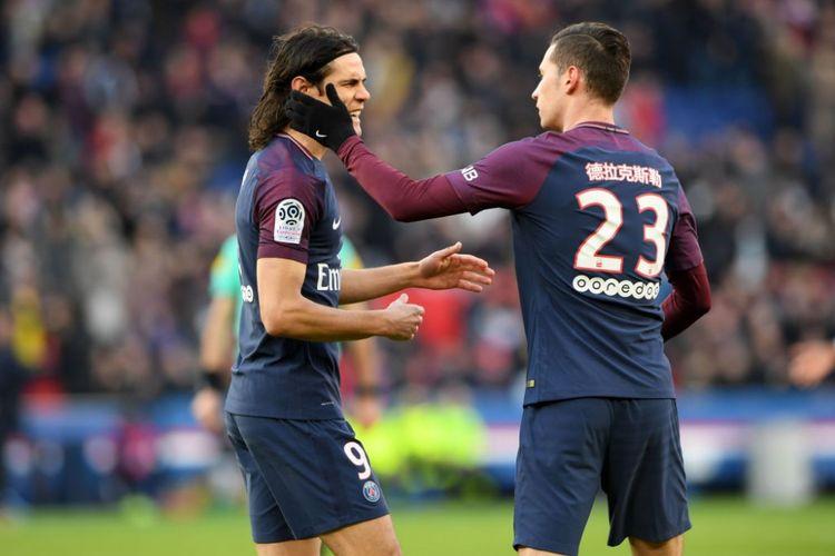 Edinson Cavani berbincang dengan Julian Draxler jelang laga PSG vs Strasbourg di Parc des Princes, Sabtu (17/2/2018).