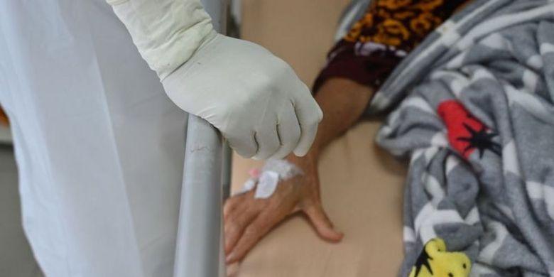 Karena banyak rumah sakit tidak lagi mampu menampung pasien Covid-19, banyak di antara para pasien yang menjalani isolasi mandiri sembari menunggu antrean.