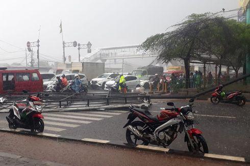 Hujan Angin Landa Cengkareng, Satu Pengemudi Ojol Tewas Tertimpa Papan Reklame
