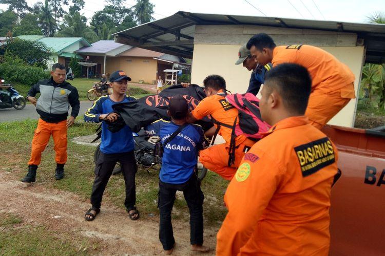 Korban diterkam buaya dievakuasi tim Tagana dan Basarnas di Desa Gantung, Belitung Timur.