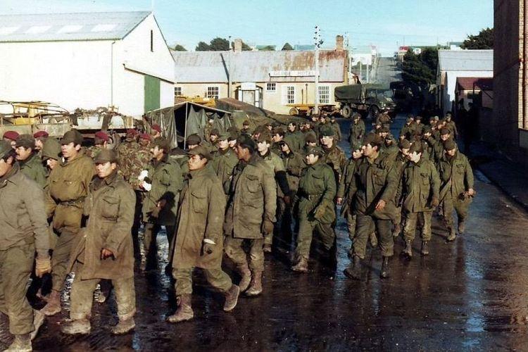 Tentara Argentina menyerah kepada pasukan Inggris di Port Stanley, Kepulauan Falkland, pada 14 Juni 1982 sekaligus mengakhiri perang berdurasi 74 hari itu.