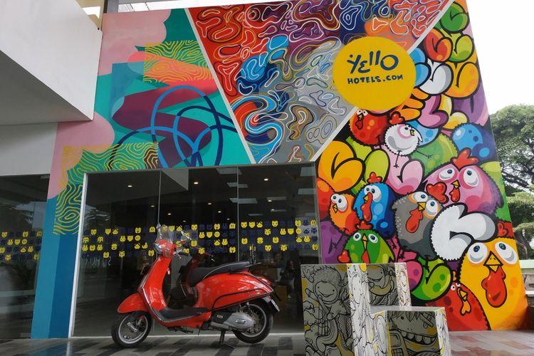 Hotel Yello dikenal sebagai penginapan yang mengedepankan gaya streetart. Bagian luar hotel Yello yang berlokasi di Pasir Kaliki, Bandung pun dipenuhi mural karya seniman ternama Tanah Air dan mancanegara.