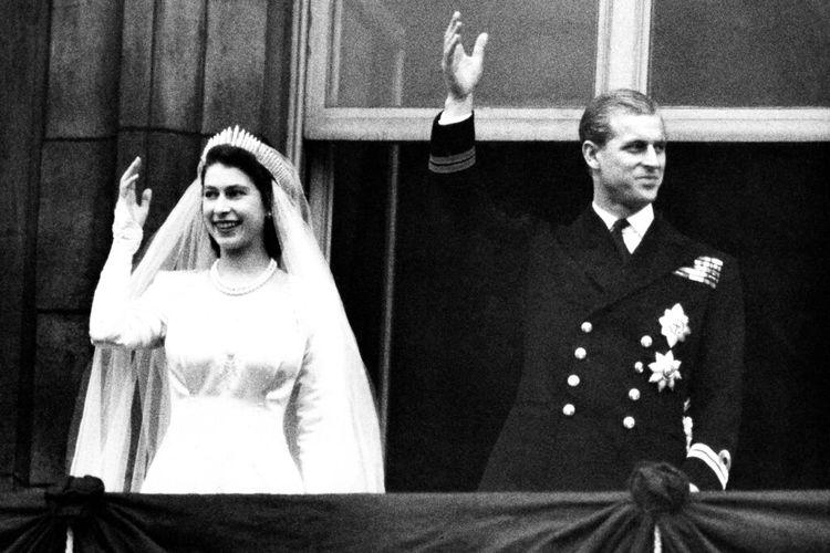 Dalam foto 20 November 1947 ini, Putri Elizabeth dari Inggris dan suaminya, Duke of Edinburgh melambai kepada orang banyak pada hari pernikahan mereka, dari balkon Istana Buckingham di London.