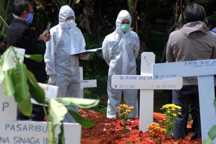 Suasana pemakaman di TPU Pondok Ranggon di Jakarta Timur (02/04).