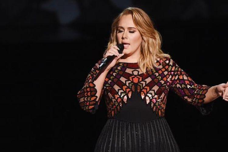 Adele menyanyikan lagu Hello untuk membuka perhelatan Grammy Awards 2017 di Staples Center, Los Angeles, Minggu (12/2/2017).