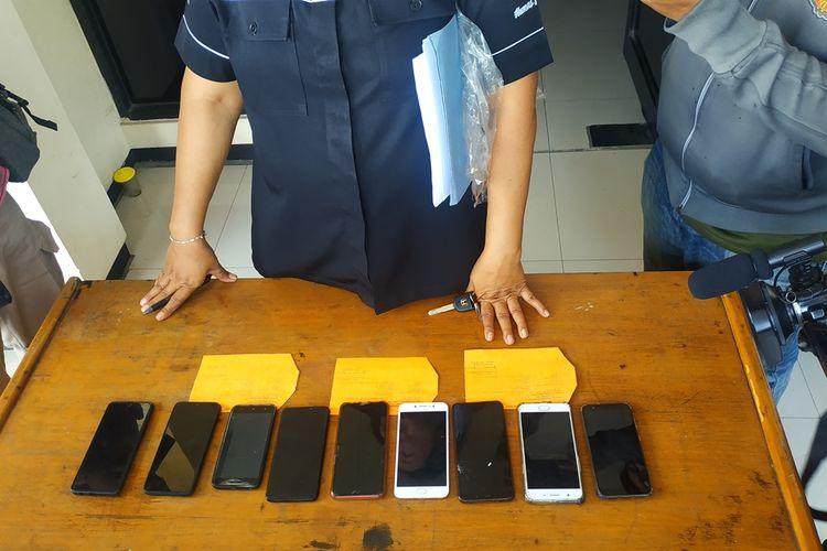 Polisi mengamankan 8 unit ponsel dari tangan komplotan copet spesialis konser di Mal Summarecon Bekasi.
