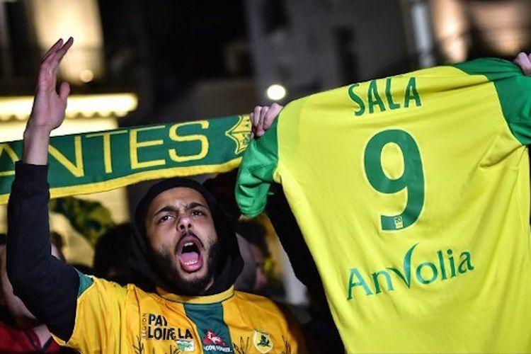 Suporter Nantes membentangkan kostum nomor punggung 9 milik Emiliano Sala pada 22 Januari 2019. Nomor tersebut dipensiunkan setelah Salah dinyatakan meninggal dunia akibat kecelakaan pesawat.