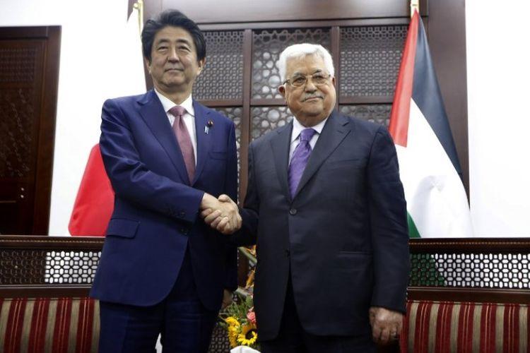Perdana Menteri Jepang Shinzo Abe dan Presiden Palestina Mahmud Abbas bertemu di Ramallah, Tepi Barat, Selasa 91/5/2018). (AFP/Majdi Mohammed)