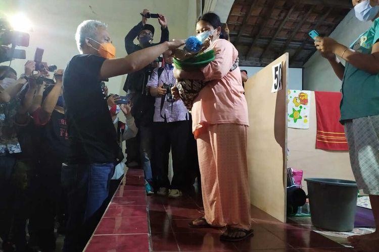 Momentum ketika Gubernur Jateng Ganjar Pranowo tilik bayi atau memberi hadiah kepada seorang ibu di tempat pengungsian Desa Deyangan, Kecamatan Mertoyudan, Kabupaten Magelang, Jumat (6/11/2020)