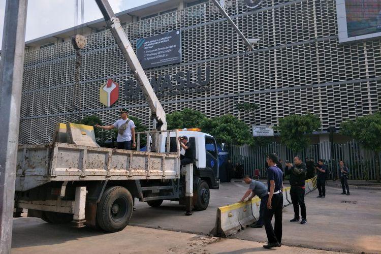 Pagar beton di depan Bawaslu RI dibongkar, Senin (27/5/2019)