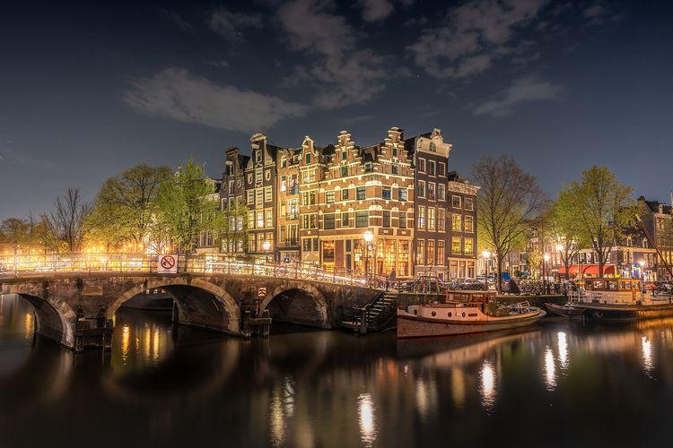 Amsterdam yang berada di Belanda menjadi kota yang cocok dikunjungi saat berpergian sendiri karena membuat pelancong tidak menonjol.