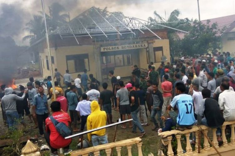 Massa membakar Mapolsek Bendahara, Kabupaten Aceh Tamiang, Selasa (23/10/2018)