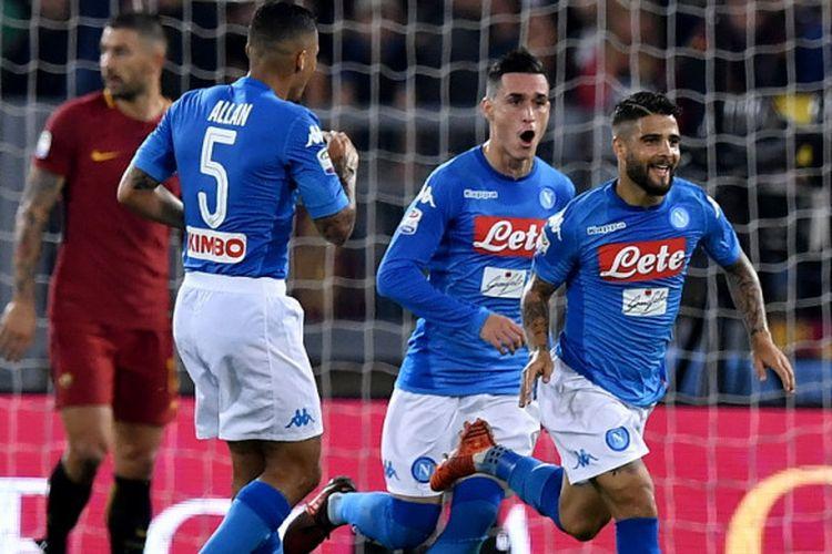 Selebrasi penyerang Napoli, Lorenzo Insigne (kanan), seusai mencetak gol ke gawang AS Roma dalam pertandingan Liga Italia 2017-2018 di Stadion Olympico, Roma, Italia, pada Sabtu (14/10/2017).