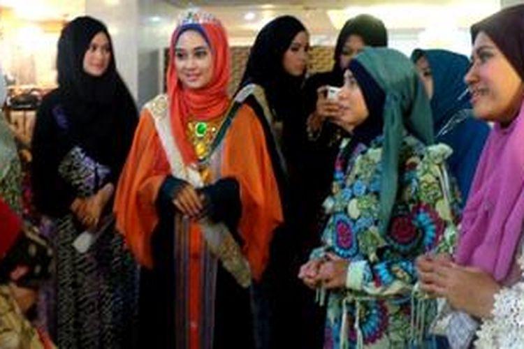 Para pemenang World Muslimah Beauty 2012 beramah tamah dengan sejumlah masyarakat Indonesia di Jeddah dan warga Arab pada Jumat (31/5/2013).