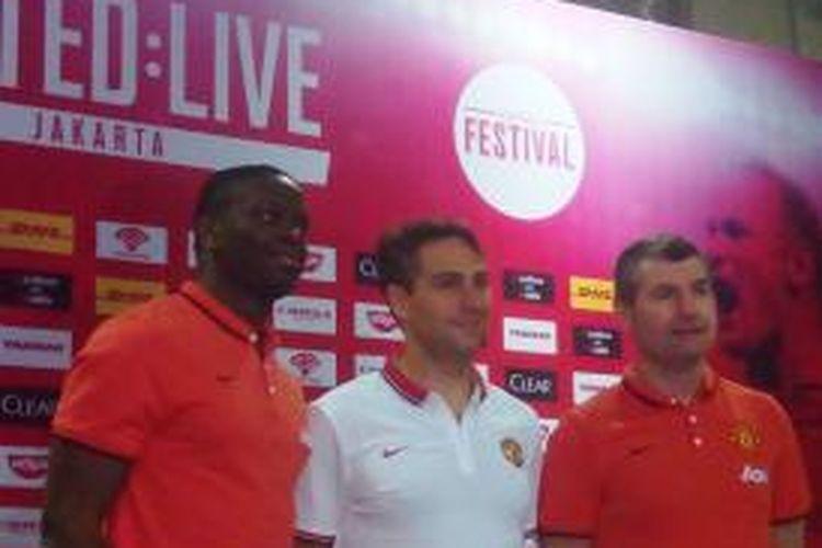 Mantan pemain Manchester United, Louis Saha (kiri), dan Denis Irwin (kanan), berfoto seusai memberian keterangan kepada media soal acara United: Live Fan Party, yang digelar di Kartika Expo Balai Kartini, Sabtu (31/1/2015).