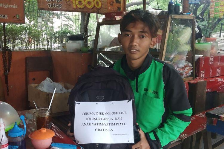 Syaifudin Baasil (20), pengemudi ojol yang memberikan tumpangan khusus lansia dan anak yatim piatu gratis di Solo, Jawa Tengah, Senin (10/2/2020).