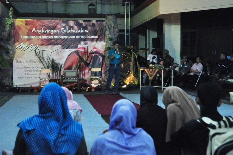 Suasana Angkringan Silaturahim Srawung Seniman Budayawan Lintas   Agama di Halaman Gereja Kristus Raja Ungaran, Kabupaten Semarang,  Sabtu   (25/3/2017) malam.