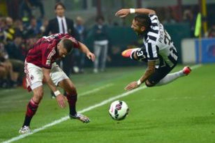 Pemain AC Milan, Jeremy Menez (kiri), dan pemain Juventus, Roberto Pereyra (kanan), dalam laga Serie-A di Stadion San Siro, Milan, Sabtu (20/9/2014).