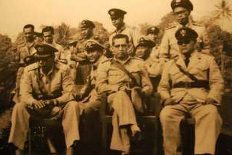 Komisaris Jenderal Polisi Raden Said Soekanto Tjokrodiatmodjo, (duduk paling kiri) pada tahun 1950. Soekanto adalah Kapolri pertama yang dulunya Kepala Djawatan Kepolisian Negara. Soekanto menjadi pucuk pimpinan Polri pada periode 29 September 1945 hingga 14 Desember 1959.