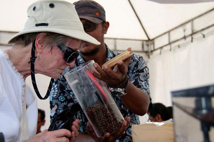 Pelancong kapal pesiar MS Seabourn Encore mencium aroma kopi di Pelabuhan Teluk Sabang, Dermaga Container Terminal (CT) 3 yang berada di Gampong Kuta Timu, Sukakarya, Kota Sabang, Selasa (27/3/2018). Kapal pesiar yang mengangkut 552 wisatawan mancanegara dan 423 kru kapal itu sebelumnya menempuh perjalanan dari Phuket, Thailand dan akan kembali melanjutkan perjalanan wisata menuju Colombo, Sri Lanka.