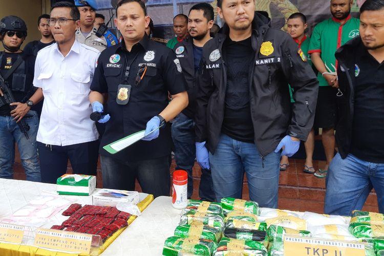 Kasatnarkoba Polres Metro Jakarta Barat AKBP Erick Frendriz saat konferensi pers kasus narkoba di Polres Metro Jakarta Barat, Kamis (31/10/2019)
