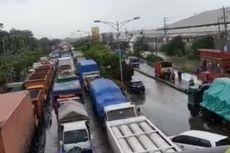 Genangan Air Sebabkan Kemacetan Panjang di Kaligawe Semarang