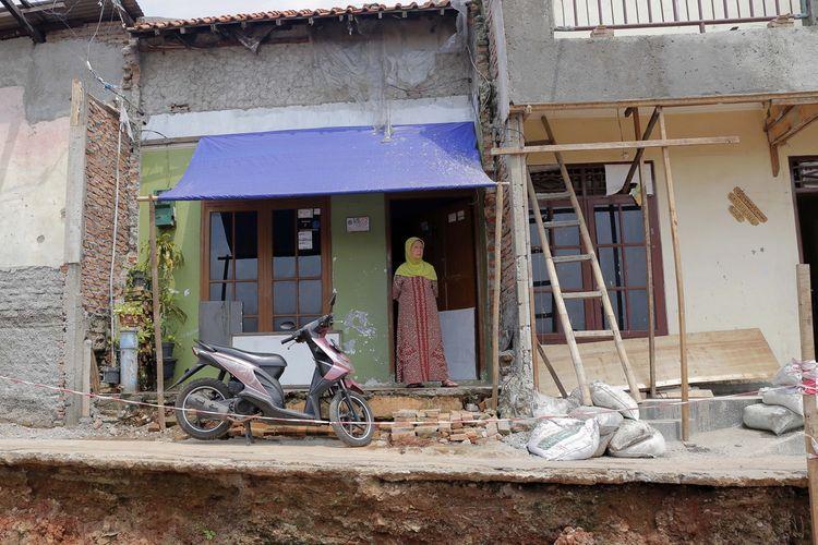 Warga mengamati pemasangan turap untuk normalisasi kali Ciliwung di kawasan Bukit Duri, Jakarta, Rabu (1/3/2017). Proyek normalisasi bantaran kali Ciliwung di kawasan Bukit Duri memasuki tahap pemasangan dinding turap untuk menguatkan bantaran agar tidak longsor sekaligus sebagai salah satu antisipasi banjir.