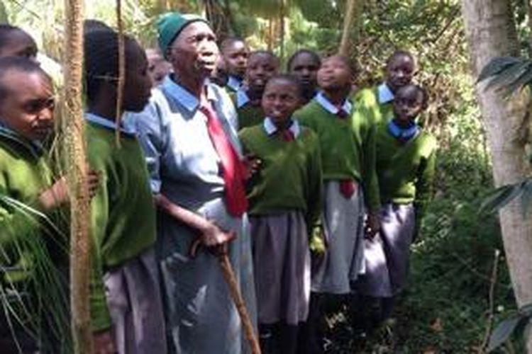 Priscilla (90) menjadi siswi Leaders Vision Preparatory School lima tahun silam. Sebelumnya, dia adalah seorang dukun beranak di desa Ndalat, yang menjadi tempat tinggalnya selama 65 tahun.