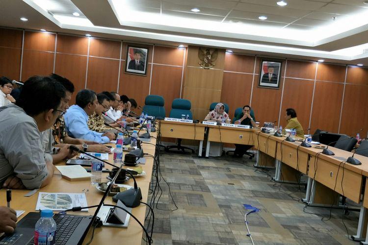 Komisi B DPRD DKI Jakarta rapat bersama PT Jakarta Propertindo soal robohnya box girder LRT di Kayu Putih, Jakarta Timur. Rapat digelar di Gedung DPRD DKI Jakarta, Jalan Kebon Sirih, Selasa (23/1/2018).